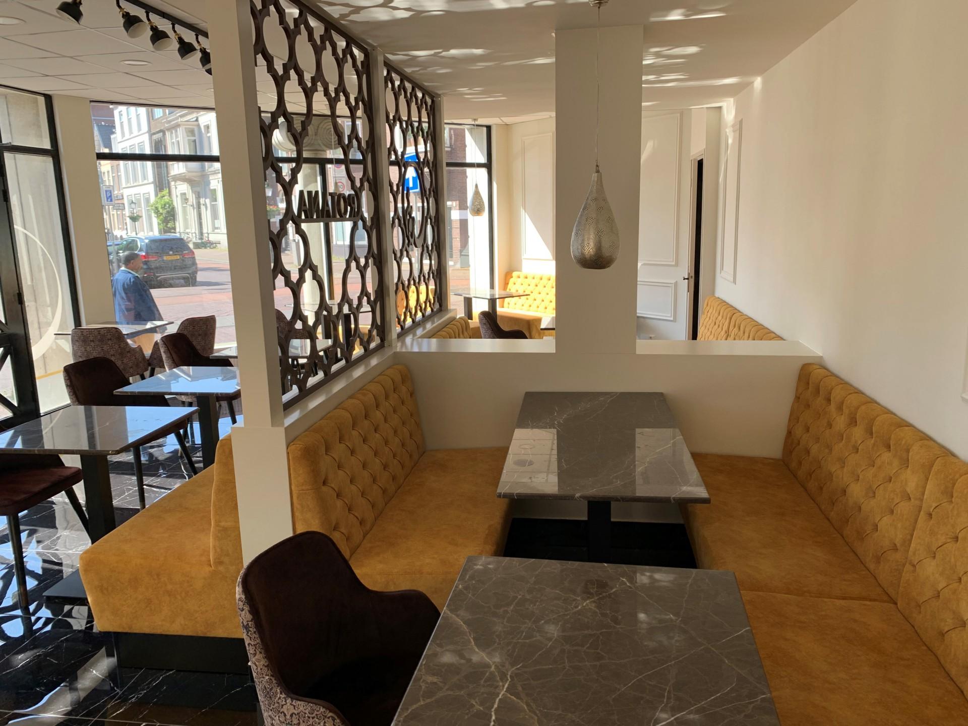Restaurant/Lounge op een mooie hoek recht tegenover Hollands Spoor